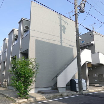 外観もカッコイイ、2階建てアパートの2階のお部屋。
