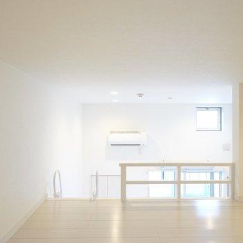 お部屋の両サイドに窓があり、エアコンも同じ高さにあるのでロフトでも熱気はこもりにくそう。