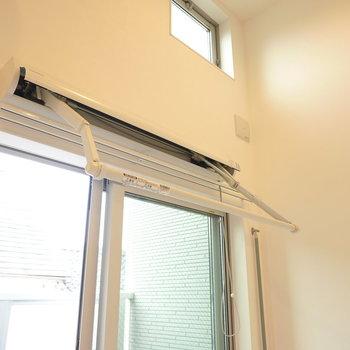 室内には折りたたみできる物干しがあるので、室内干しもできますよ。