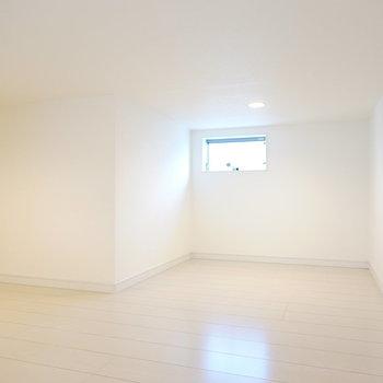 約4.9帖とロフトにしては広め。天井の高さもあるので寝室にもできます。