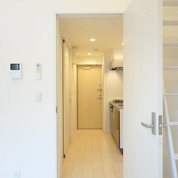 ドアを開けて右手にキッチン、左手に脱衣所。