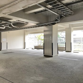 1階には光差し込む駐車場。