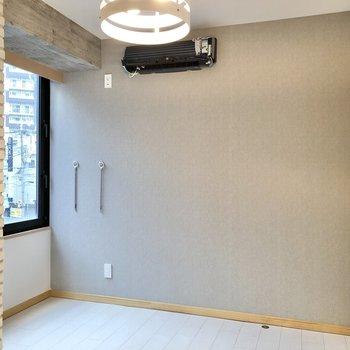 【洋室】こちらの壁にはグレーのアクセントクロスが広がります。