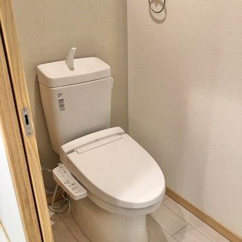 お隣には温水洗浄便座付きのトイレがあります。