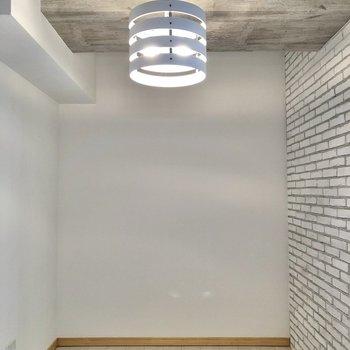 【洋室】ライトのデザインがかわいいなあ。