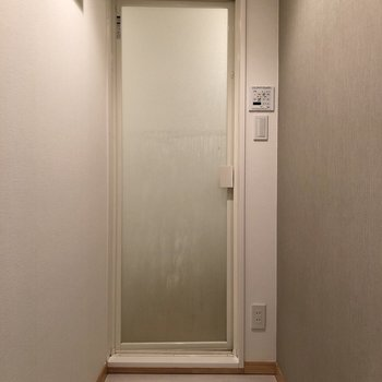 お風呂へは細い廊下を歩いていきます。