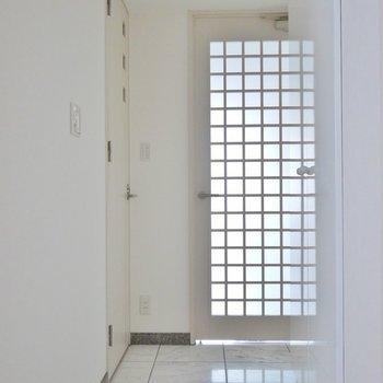 玄関から真白。※写真は、1107号室のもの