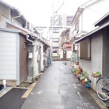 周辺は小道の入り組んだ住宅街です。趣あるなあ。