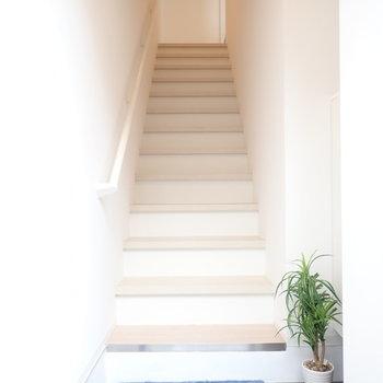 玄関を開けるとまずは階段です。