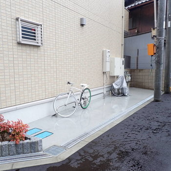 自転車は建物横に。