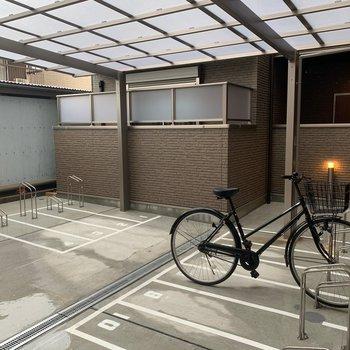 屋根付きの駐輪場。