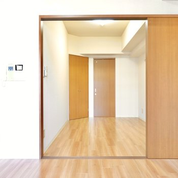 引き戸の向こうには洋室。