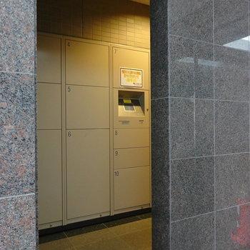 オートロック扉の横には便利な宅配ボックスも。