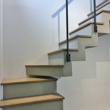 ウッド×コンクリの階段で2階へ。