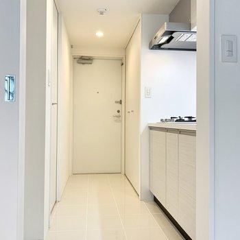 玄関から水回りはひと続きの美しい白タイル。