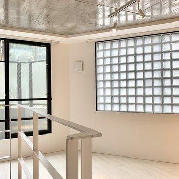 ブロック窓もツヤツヤコンクリの天井もいい感じ。