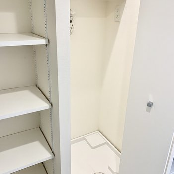 お隣の白い折戸は、照明付き洗濯機置場。