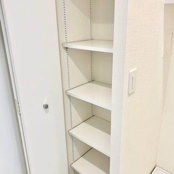 可動棚の白のシューズボックス。