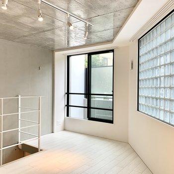 天井はツヤツヤ、壁はマットなコンクリ。