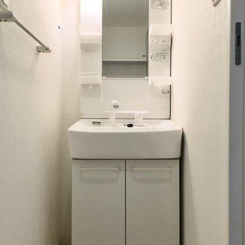 洗面台はシャンプードレッサー。※写真は2階反転間取り・別部屋のものです