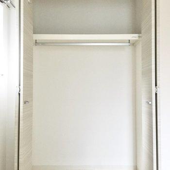 洋服はここへ収納しましょう。※写真は2階反転間取り・別部屋のものです