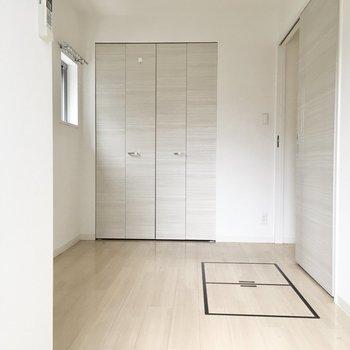 収納の扉があるので、シングルサイズのベットか布団かなぁ。※写真は2階反転間取り・別部屋のものです
