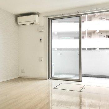 白ベースのシンプルな空間。※写真は2階反転間取り・別部屋のものです