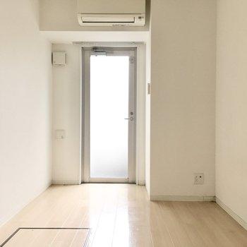 洋室は2面採光で明るめです。※写真は2階反転間取り・別部屋のものです