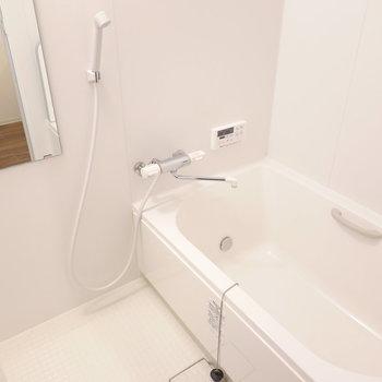 ホワイトの安らげそうなお風呂。追い焚き付きです。