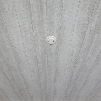 天井はシャビーな木目調。