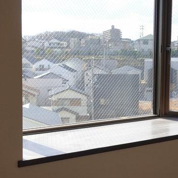 周辺の住宅街が見えます。インテリアとして使えそうなスペースです。