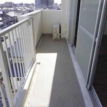 横に広い日当たりの良いベランダ。洗濯物がしっかり乾きそう。(※写真は5階の同間取り別部屋のものです)