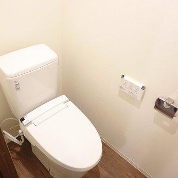 トイレまでフローリングが続いています。嬉しいウォシュレット付き◎(※写真は5階の同間取り別部屋のものです)