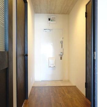 廊下に出て右のドアが脱衣所。左が洋室。(※写真は5階の同間取り別部屋のものです)