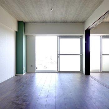 開口部の広い窓から明るい光が入ってきます。緑の柱が良いアクセント。(※写真は5階の同間取り別部屋のものです)