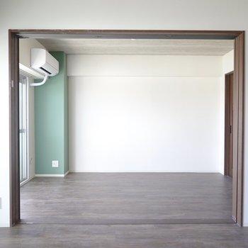リビングのお隣には和室を改装した洋室。(※写真は5階の同間取り別部屋のものです)