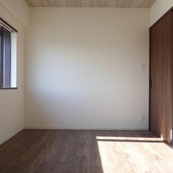 洋室がもうひとつ。サイドの出窓から日差しが入る明るい空間。(※写真は5階の同間取り別部屋のものです)
