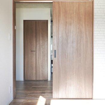 こちらのドアからはキッチンへ。(※写真は5階の同間取り別部屋のものです)