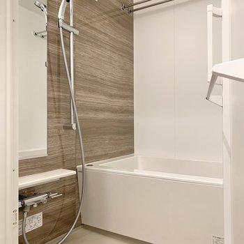 浴室は乾燥機・追い焚き機能付き。洗い場も広めですよね。