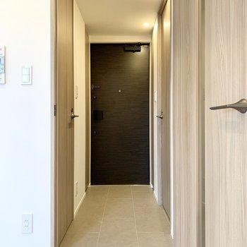 玄関方面を確認します。まずは右手側にある洗面室から。