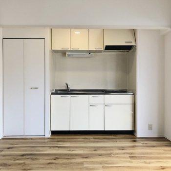 反対側はキッチン。右側に冷蔵庫置けます。