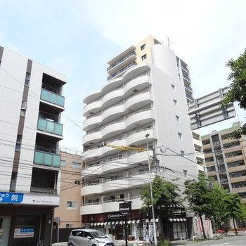 通り沿いにある大きなマンション。