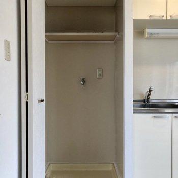 キッチン横の扉には洗濯機置き場が!生活感隠せます。
