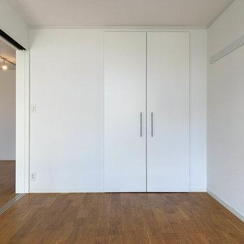 【洋室6帖①】窓側から。寝室に良いサイズ感のお部屋ですね。