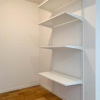 【LDK】キッチン下と後ろの棚を合わせ、収納力も中々です。