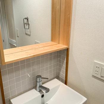 洗面台の鏡フレームは、メイク道具などが置ける幅があります。