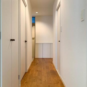 廊下へ。玄関側にももう一部屋あります。