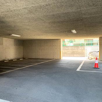 エントランスを右に進むと駐車場。