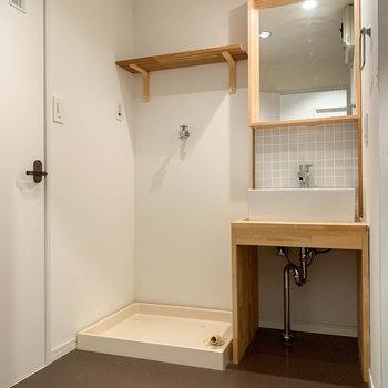脱衣所へ。右にお風呂、左にトイレがあります。
