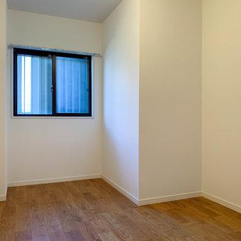 【洋室6帖②】窓は共用部に面しています。